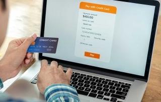 Homem digitando dados do cartão em checkout de loja virtual
