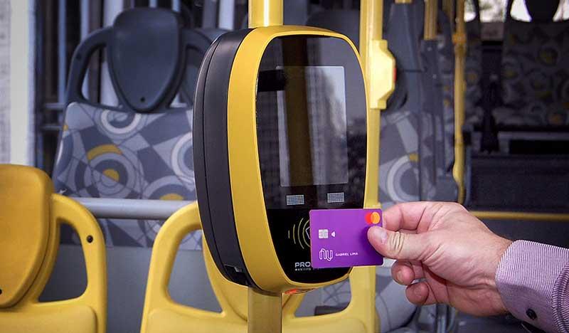 cartão Nubank pagando tarifa de ônibus
