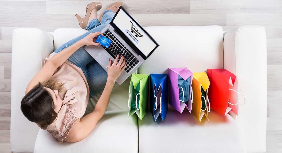 Mulher pagando no checkout de loja virtual