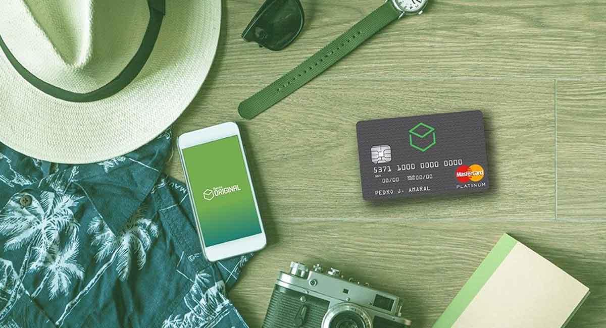 Celular com logo do banco Original e cartão de débito e crédito