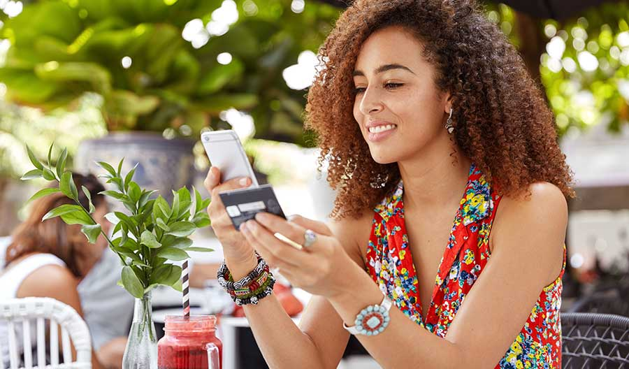 Mulher fazendo pagamento com app