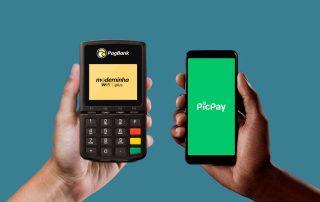 Mão segurando celular com Pipay e outra com Moderninha Wifi Plus