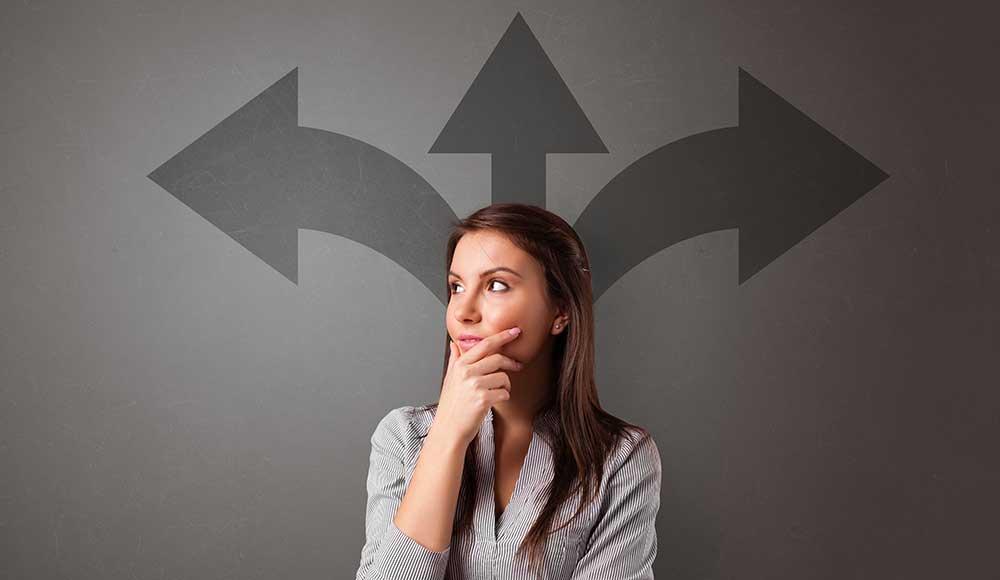 Mulher pensando com setas em plano de fundo apontando para diversas direções