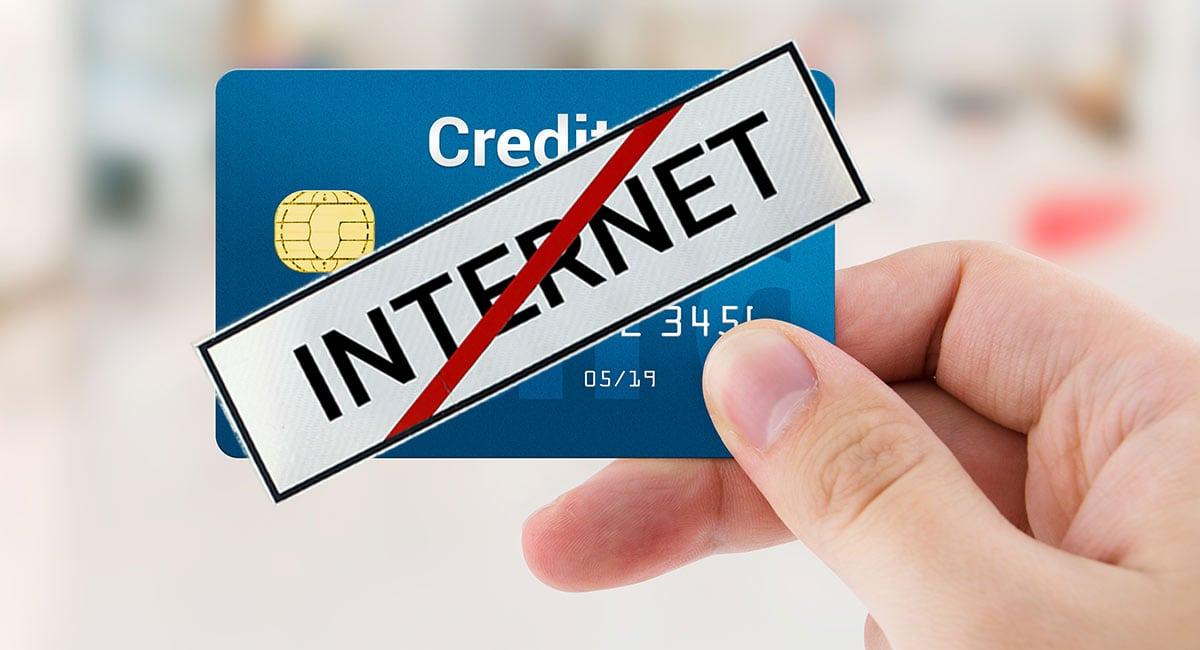 Cartão de crédito com placa mostrando que não há internet