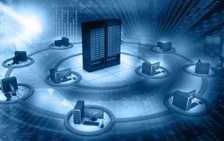 Servidor de internet cpnectado a diversos laptops para demosntrar hospedagem de loja virtual