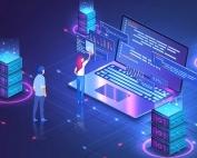 Notebook e centro de dados representando hospedagem de loja virtual