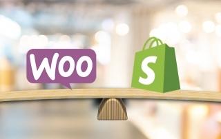 WooCommerce para Word`Press e Shopify logos sobre uma balança