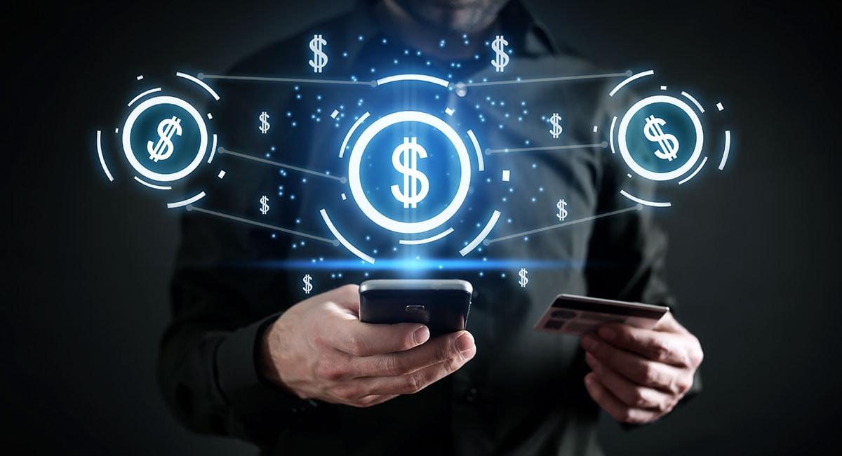 Homem segurando celular e cartão com símbolos de dinheiro em volta
