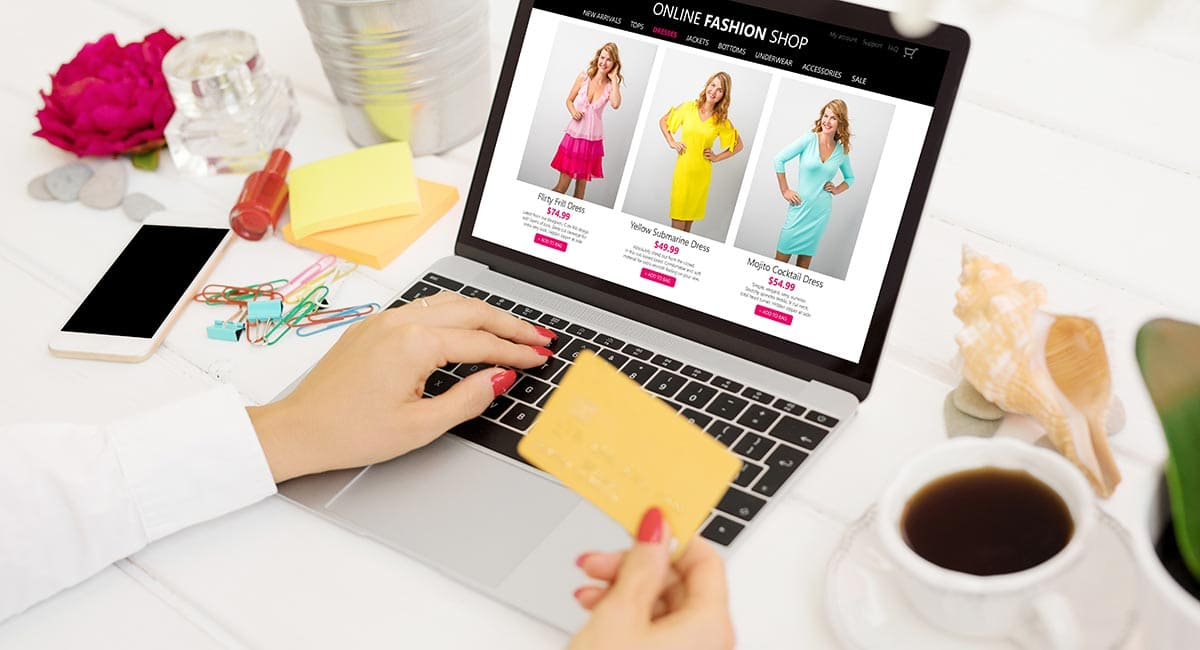 Loja virtual de roupas no laptop
