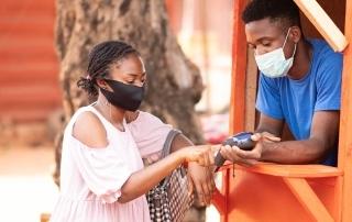 Venda com maquininha de cartão durante pandemia