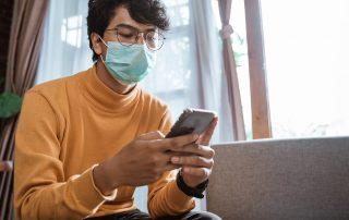 Homem usando banco digital durante a pandemia