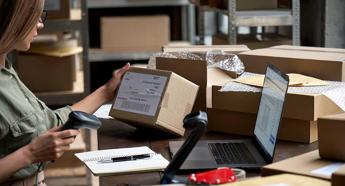 Mulher verificando caixas para entrega ecommerce